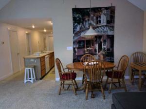 suttons_bay_cabin_rentals_half_moon_dining-room